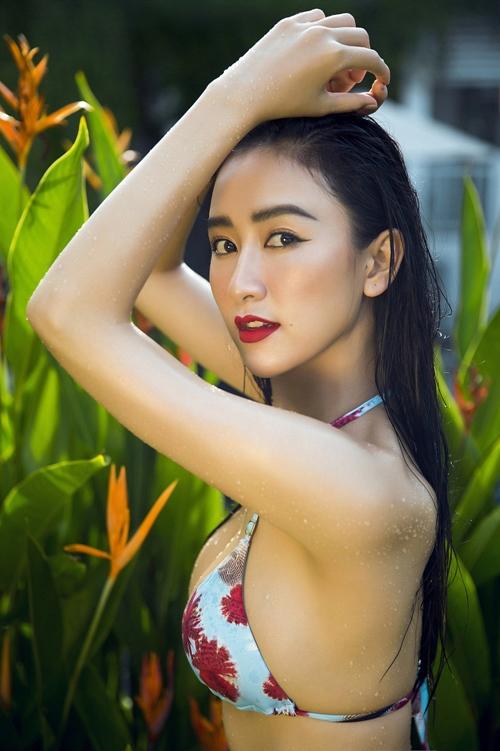 Hà Thu diện bikini khoe dáng bốc lửa