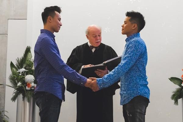 John Huy Trần đăng ký kết hôn và làm lễ thành hôn tại Canada.