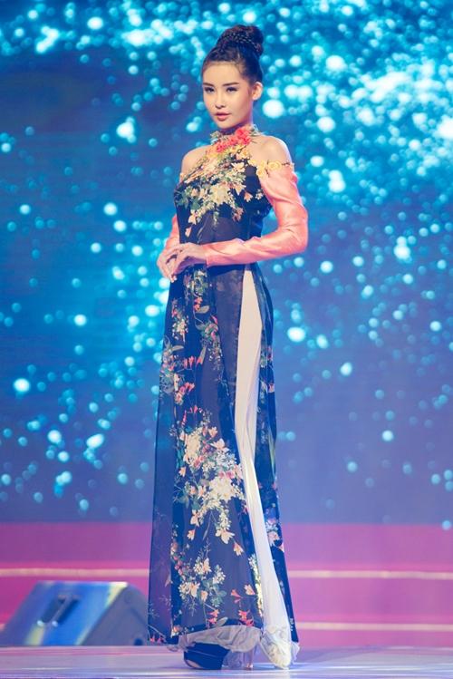 Hoa hậu Ngân Anh lần đầu làm vedette sau đăng quang