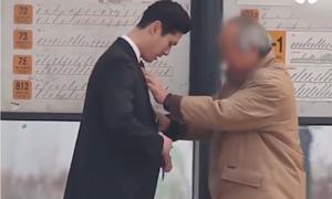 Nhờ thắt hộ cà vạt thử lòng người đi đường ở Hàn Quốc