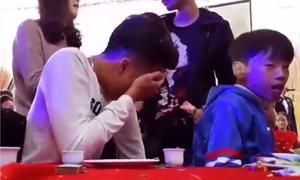 Thanh niên khóc như mưa trong đám cưới của cô bạn thân