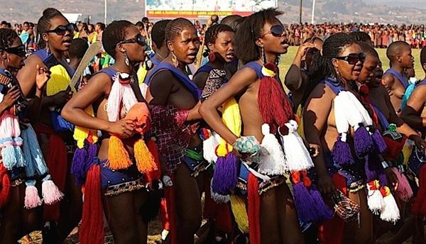 Hàng chục nghìn thiếu nữ chen chân múa sậy hàng năm để mong lọt mắt xanh của vua Mswati III.