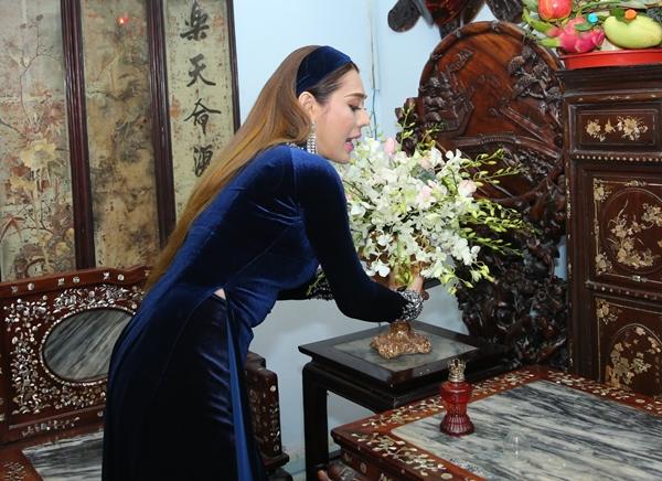 Lâm Khánh Chi tự tay trang hoàng nhà cửa chờ chú rể đến rước dâu.