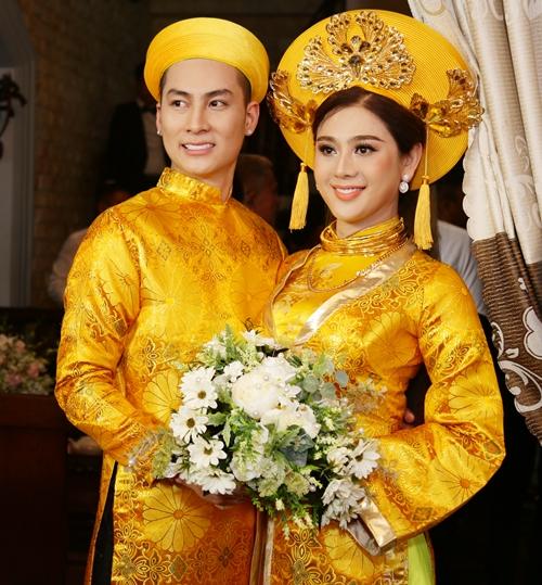Sáng 28/12, nữ ca sĩ chuyển giới Lâm Khánh Chi tổ chức đám cưới cùng chú rể Trần Phi Hùng tại TP HCM. Trong lễ rước dâu, Khánh Chi và Phi Hùng rạng ngời hạnh phúc trong trang phục áo dài màu vàng nổi bật.