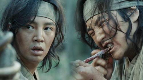 Hình ảnh Jang Geun Suk nhai ngấu nghiến một con rắn độc khiến người xem rợn người.