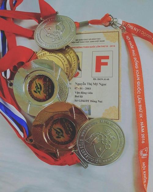 Cô bạn còn sở hữu nhiều huy chương bơi lội.