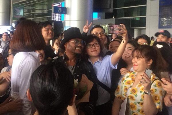 Ngôi sao Grammy Apl De Ap bị fan Việt vây kín ở sân bay  - 2