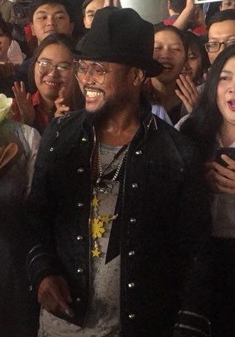 Ngôi sao Grammy Apl De Ap bị fan Việt vây kín ở sân bay  - 3