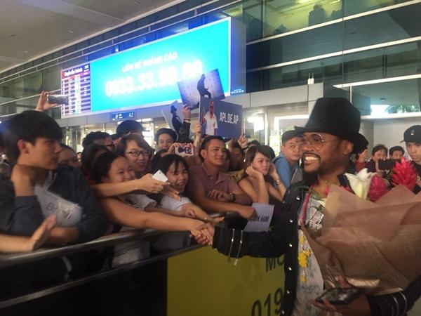 Ngôi sao Grammy Apl De Ap bị fan Việt vây kín ở sân bay  - 1