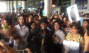 Ngôi sao Grammy Apl De Ap bị fan Việt vây kín ở sân bay