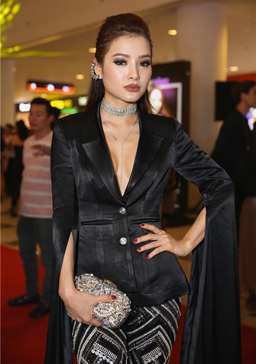 Mỹ nhân Việt gây ngán ngẩm với lối ăn mặc như có thù với stylist - 4