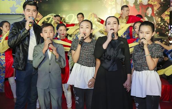 Phi Nhung sẽ đưa tất cả các con nuôi lên sân khấu sự kiện fan meeting của mình đầu năm mới 2018.