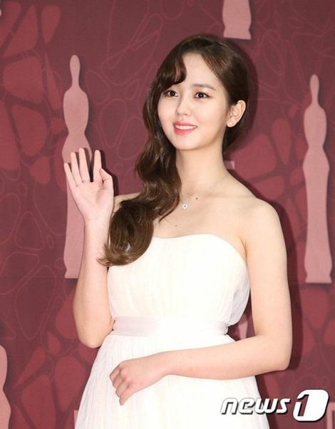 Ngôi sao sinh năm 1999 khoe nhan sắc long lanh trên thảm đỏ. Kim So Hyun đang quay bộ phim mới, hợp tác cùng nam ca sĩ Doo Jun.