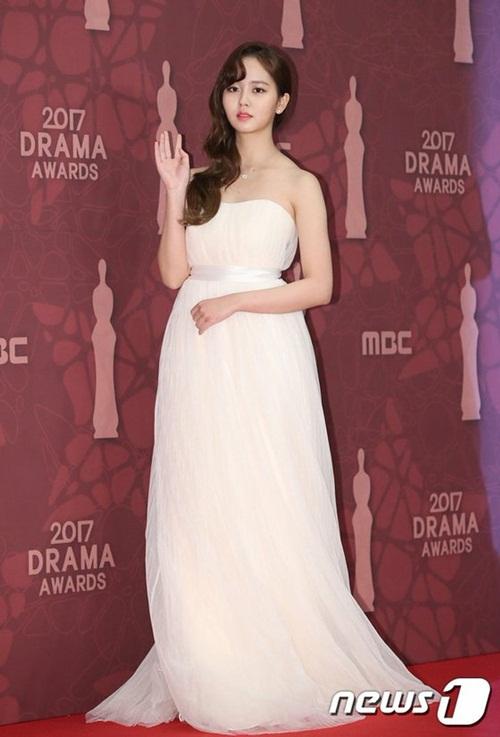 Nữ diễn viện chọn một mẫu váy khoe vai. So Hyun chuộng các tông màu trắng khi tham gia sự kiện.
