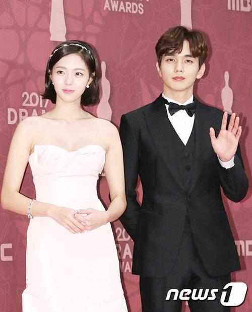 Em trai quốc dân Yoo Seung Ho sánh đôi cùng Chae Soo Bin đi tham dự sự kiện.