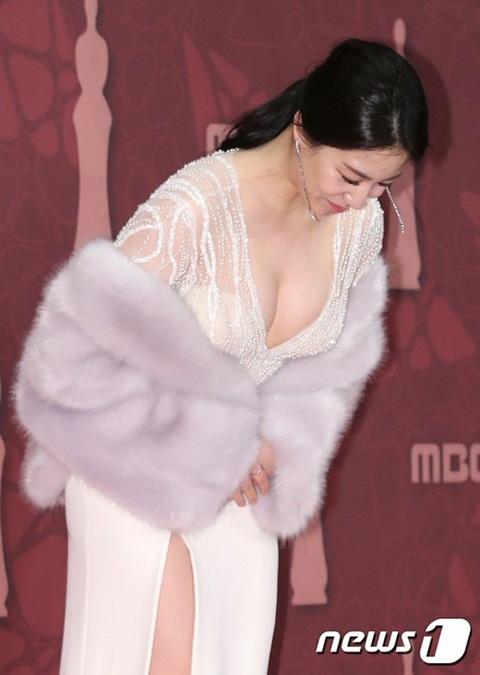 Hyo Young chơi trội với chiếc váy xẻ sâu, khoe trọn bầu ngực căng đầy.
