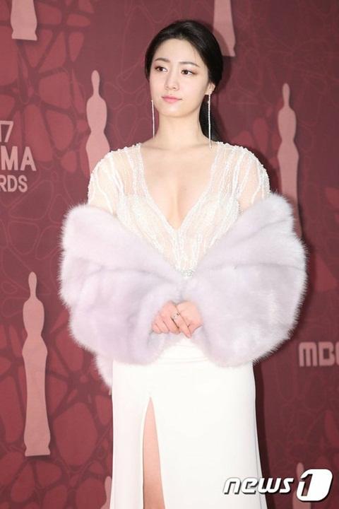 Trong bộ phim Mad Dog, chị gái sinh đôi của Hyo Young cũng gây xôn xao bởi bộ cánh bó sát, để lộ đường cong hút mắt.