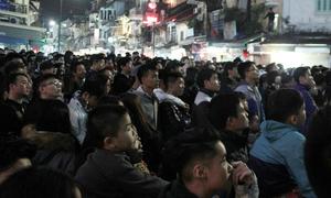 Giới trẻ Hà thành chật cứng trên phố chào đón năm 2018