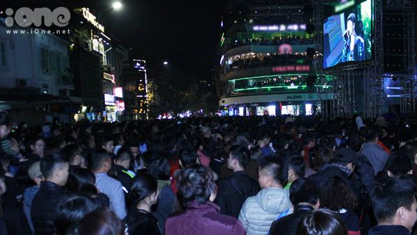 Tối 31/12 ở Hà Nội, hàng chục nghìn người đổ về khu vực phố đi bộ quanh hồ Hoàn Kiếm, tượng đài Lý Thái Tổ để tham dự lễ hội đếm ngược mừng năm mới 2018.