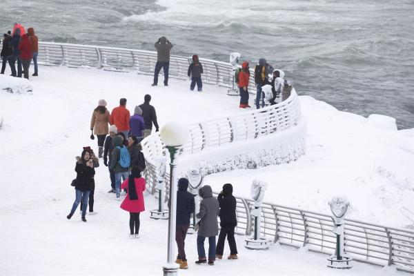 Thác nước hùng vĩ bậc nhất thế giới đóng băng - 6