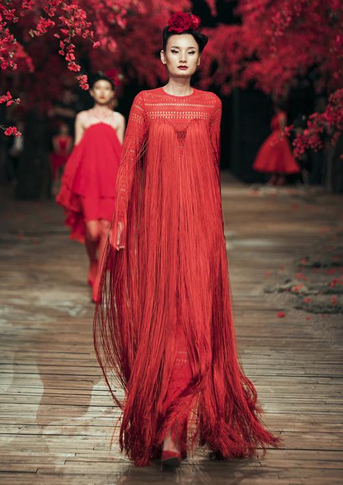 Lê Thúy xử lý bản lĩnh dù tuột váy khi catwalk