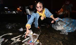 Bạn trẻ Việt nhặt rác đêm giao thừa: Không ngại bẩn tay chân và quần áo đẹp