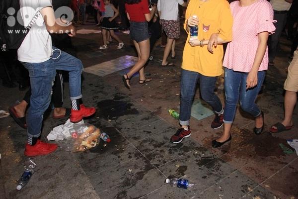 Biển rác xuất hiện trên phố Nguyễn Huệ, Hồ Gươm sau đêm giao thừa - 1