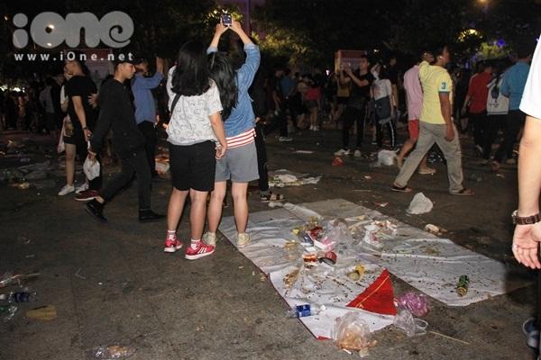 Biển rác xuất hiện trên phố Nguyễn Huệ, Hồ Gươm sau đêm giao thừa - 6
