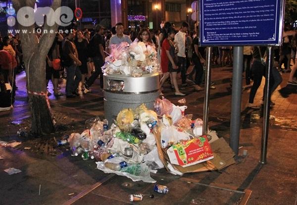 Biển rác xuất hiện trên phố Nguyễn Huệ, Hồ Gươm sau đêm giao thừa - 4