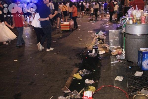 Biển rác xuất hiện trên phố Nguyễn Huệ, Hồ Gươm sau đêm giao thừa - 2
