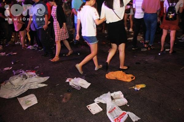 Biển rác xuất hiện trên phố Nguyễn Huệ, Hồ Gươm sau đêm giao thừa - 3