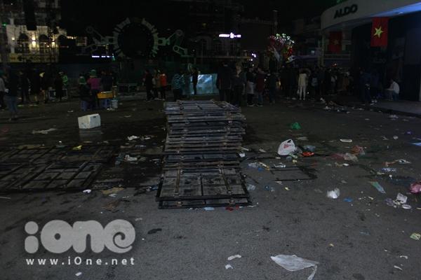 Biển rác xuất hiện trên phố Nguyễn Huệ, Hồ Gươm sau đêm giao thừa - 7
