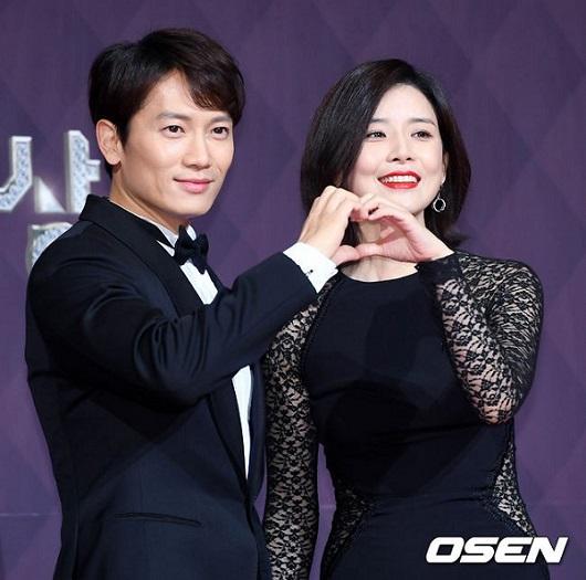 Cặp vợ chồng Ji Sung và Lee Bo Young tình cảm bên nhau.