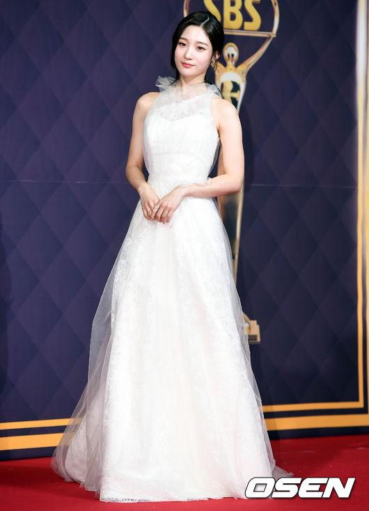 Nữ thần Kpop thế hệ mới Jung Chae Yeon đẹp tinh khôi trong chiếc đầm trắng.
