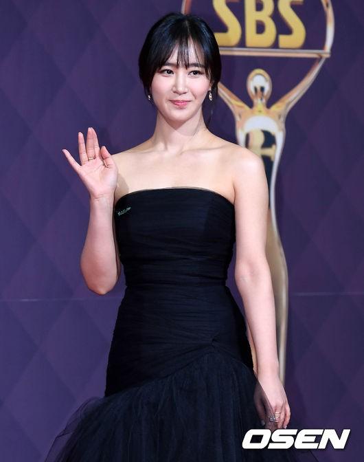 Yuri xuất hiện tại Lễ trao giải với chiếc đầm đen bó sát khoe vẻ gợi cảm.