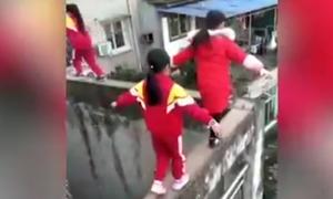 3 nữ sinh mạo hiểm đi dọc bờ tường hẹp cao 20 m