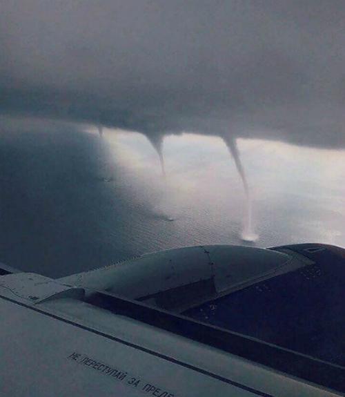 Cảnh gió lốc xoáy được chụp từ trên máy bay.