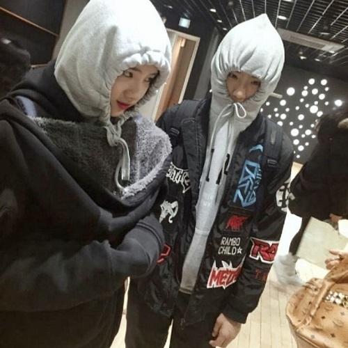 Woo Jincùng với cựu thực tập sinh khác của JYP làKim Eun Seo (từng xuất hiện trong các chương trìnhSixteenvàIdol School) trong phòng tập.
