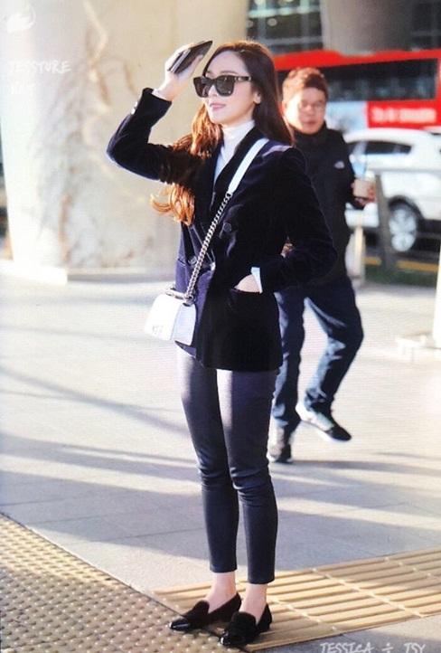 Suzy khoe mặt mộc, Twice trùm kín mít đi làm dịp năm mới - 1
