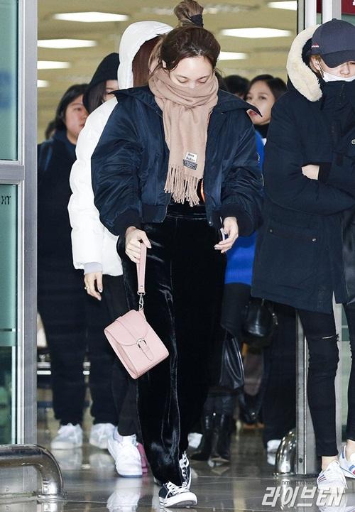 Suzy khoe mặt mộc, Twice trùm kín mít đi làm dịp năm mới - 9