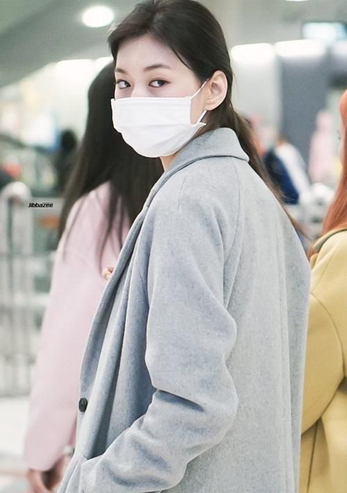 Suzy khoe mặt mộc, Twice trùm kín mít đi làm dịp năm mới - 7