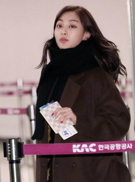Suzy khoe mặt mộc, Twice trùm kín mít đi làm dịp năm mới - page 2