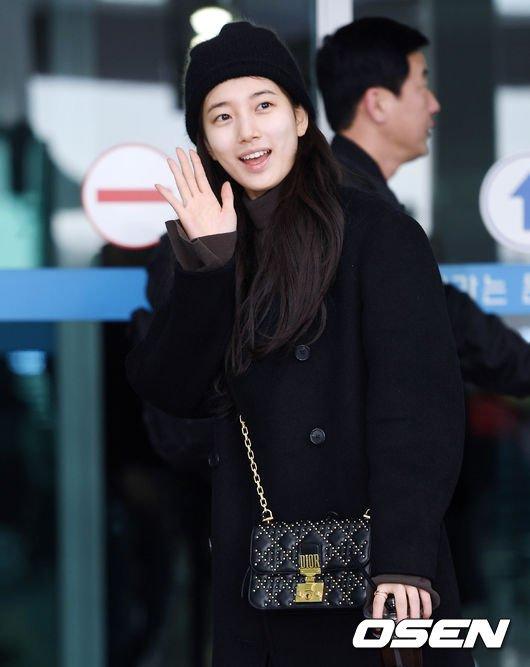Suzy khoe mặt mộc, Twice trùm kín mít đi làm dịp năm mới - 2