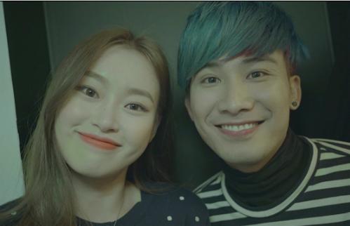 Hình ảnh Chí Thiện thân thiết bên một cô gái Hàn khiến fan xôn xao.