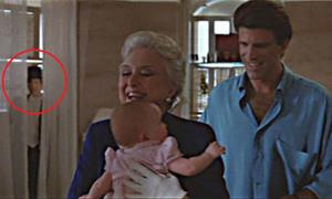 'Bóng ma' bí ẩn xuất hiện trong cảnh phim sau 30 năm mới được lý giải
