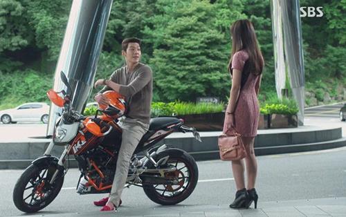 Chân dài lại còn đi xe phân khối lớn, Kim Woo Bin thật là ngầu quá đi!