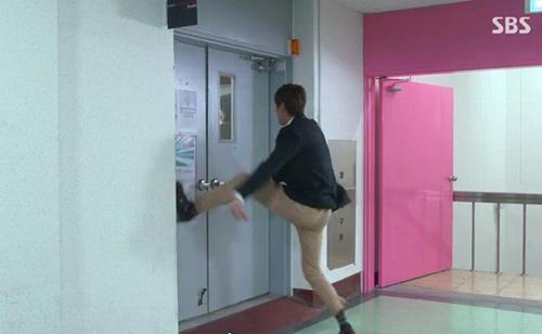 Chân dài còn là vũ khí để đạp tung cửa cứu bạn gái trongThe Heirsnữa.
