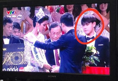 Chàng lễ tân trên sân khấu HH Hoàn vũ được tìm kiếm vì điển trai.