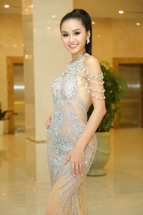 Người đẹp đá váy Mâu Thủy đứng lặng một góc khi hoa hậu đăng quang - 2