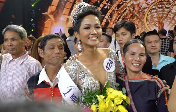Em gái nhỏ nhắn, nữ tính của Hoa hậu Hoàn vũ HHen Niê